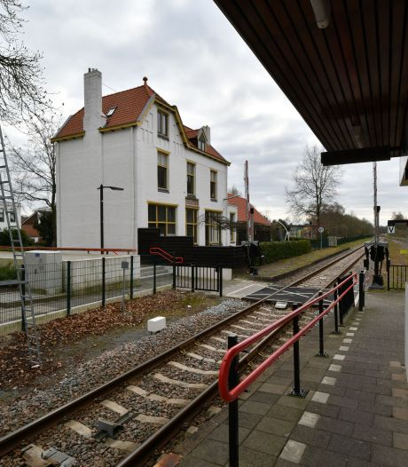 Machinist schrikt zich rot; hangjeugd bekogelt trein in Vroomshoop