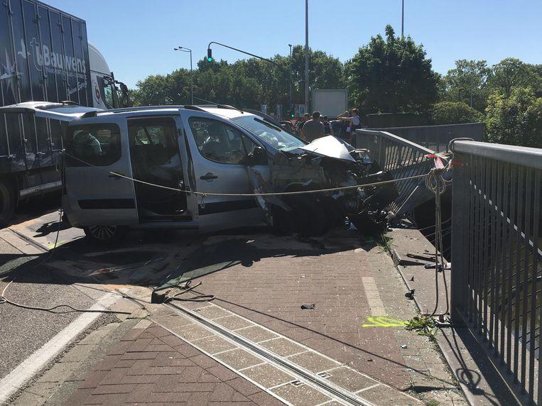 Een van de auto's ramde een omheining die de rijbaan van de Dijle afschermt.