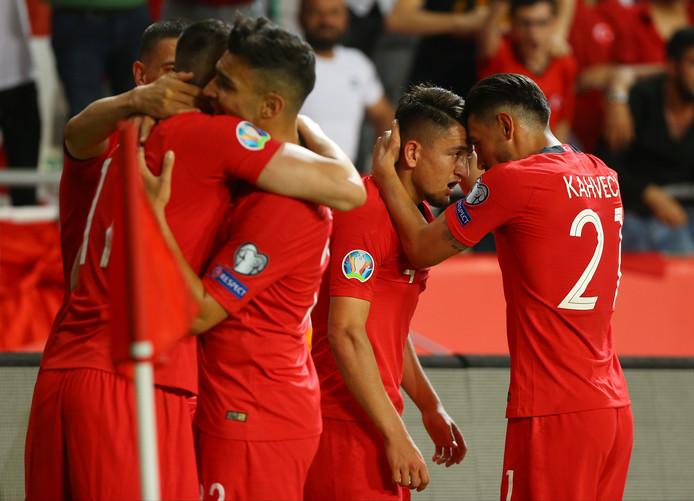 Turkije: Irfan Kahveci (uiterst rechts) is dolgelukkig met doelpuntenmaker Cengiz Ünder.