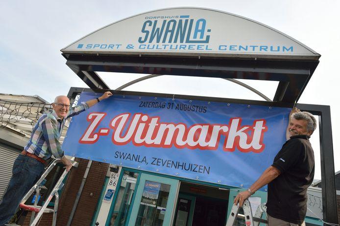 Archiefbeeld: Bram van Vliet (links) en Rien van der Linde organiseren de eerste Z-Uitmarkt bij Dorpshuis Swanla.