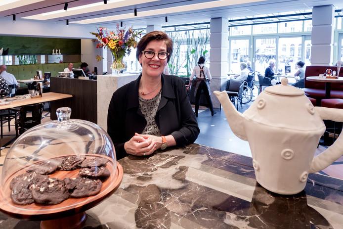 Karin Rademaker in de brasserie van Golden Tulip Hotel Central.