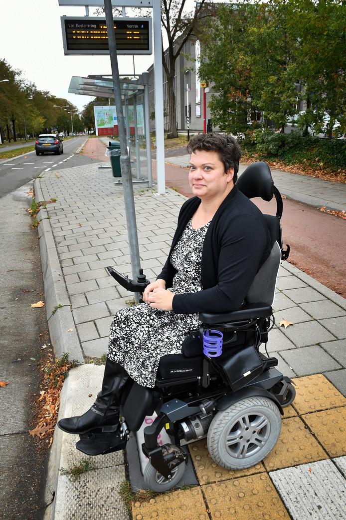 Maritza Gerritsen is in het gelijk gesteld door het College voor de Rechten van de Mens. Een buschauffeur van Arriva had geweigerd de rolstoelplank van de bus uit te klappen.