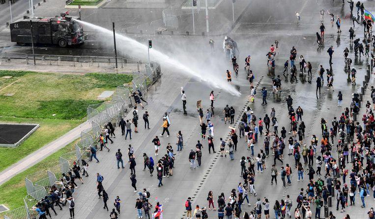 Demonstranten bij het presidentieel paleis in Santiago.  Beeld AFP