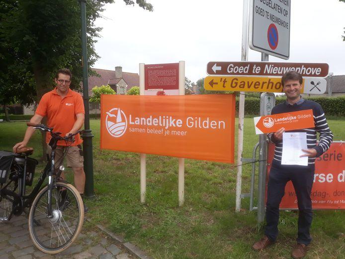 Voorzitter Jan De Graeve en secretaris Dieter Waelkens met een wegwijzer van de fietstocht.