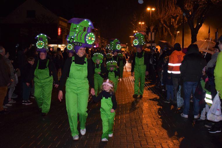 De eerste carnavalsstoet sinds 1983 bleek een groot succes. Het volk stond rijendik te kijken.