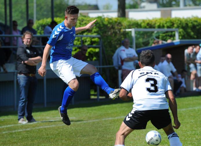 Maikel Simonse stelde Aron Wattel zaterdag tegen VCK in staat om de enige en dus winnende goal te maken voor Serooskerke. Komende zaterdag kan de ploeg op bezoek bij Veere kampioen worden.