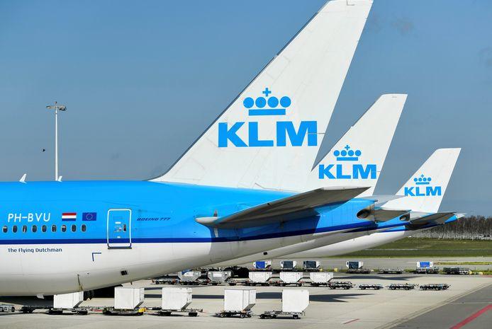 Veel KLM-toestellen staan nog steeds werkeloos aan de grond door de coronacrisis.