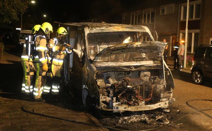 Een uitgebrande auto in de Aart van Osstraat in Zuilichem