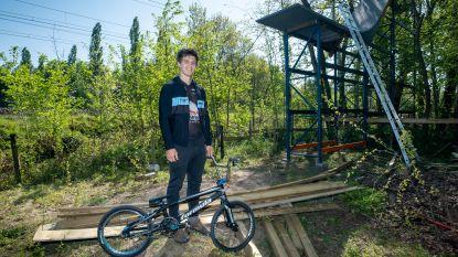 Trainen op parcours verboden door coronacrisis? Lierse BMX'er bouwt dan maar eigen starthelling van zeven meter hoog in achtertuin