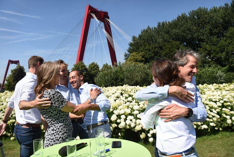 De fractievoorzitters van de zes Rotterdamse coalitiepartijen feliciteren elkaar na de presentatie van het coalitieakkoord.  Beeld Marcel van den Bergh