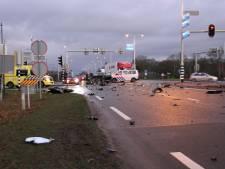 N35 bij Nijverdal bezaaid met brokstukken door ongeluk tussen bedrijfsbus en auto