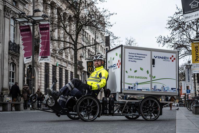 """Luc Wouters: """"Ik moet geregeld van de ene naar de andere kant van de stad rijden. Met mijn cargofiets lukt dat vlotter dan met een bestelwagen."""""""
