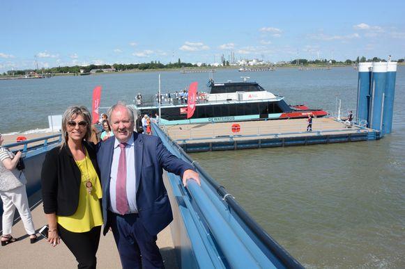 Schepen van Toerisme Inge Brocken en burgemeester Marc Van de Vijver juichen de komst van de nieuwe halte toe.