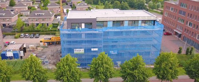 Het gebouw dat in opdracht van Pelikaan Trave Group in Etten-Leur gebouwd wordt. Videostill uit een video van De Lobel & Partners