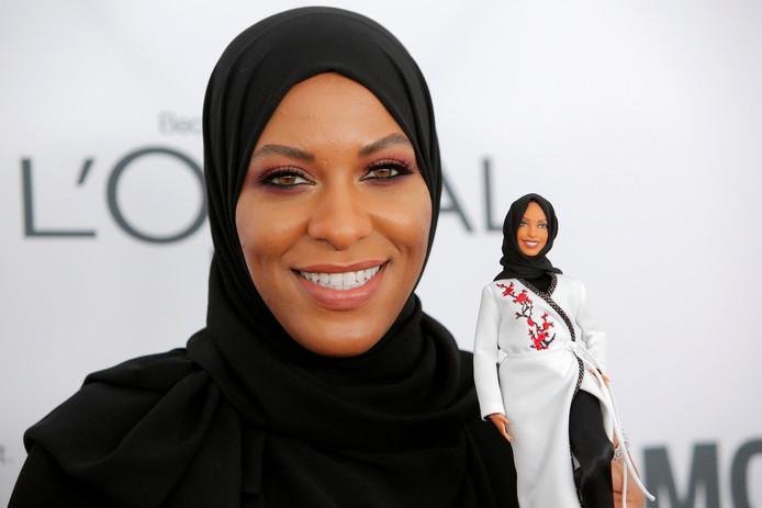 Olympisch schermster Ibtihaj Muhammad met de nieuwste Barbie.