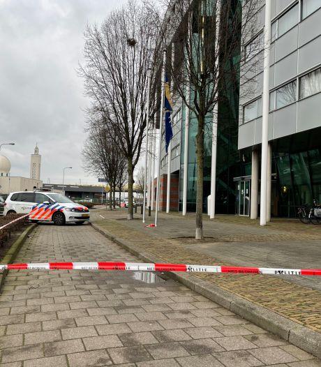 Politie schiet man neer die met mes bureau in Den Bosch probeert binnen te dringen