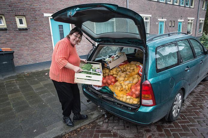 De SRV-wagen is kapot, dus moet Tonny Steenis met haar eigen auto langs de deuren van haar klanten in Tilburg.