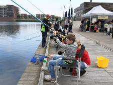 Kade in Cuijk vol jonge vissers tijdens ZomerVISKaravaan