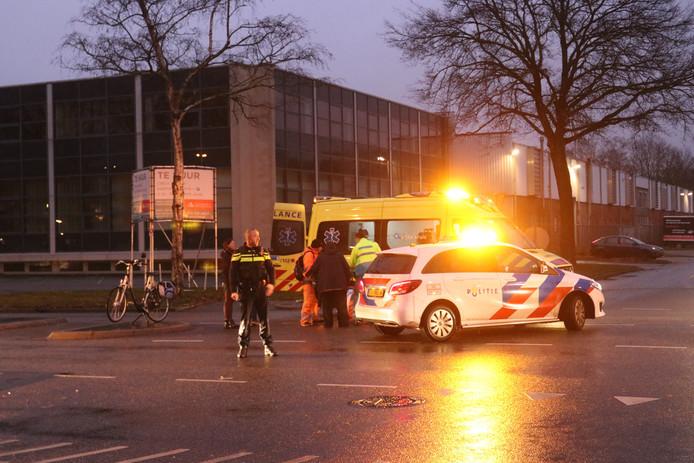 Het ambulancepersoneel ontfermt zich over de fietser.