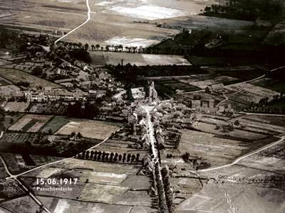 Het dorpje Passendale was al getroffen door de oorlog (foto boven), maar was na de slag hélemaal van de kaart geveegd (foto onder).