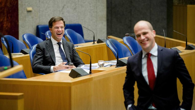 Premier Rutte lacht naar Pvda-leider Samsom tijdens een debat in Den Haag. Beeld anp