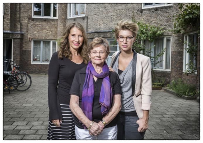 Naomi, Henny en Rivkah voor het huis in de Holendrechtstraat in Amsterdam van waaruit Henny's Joodse vader werd weggevoerd.