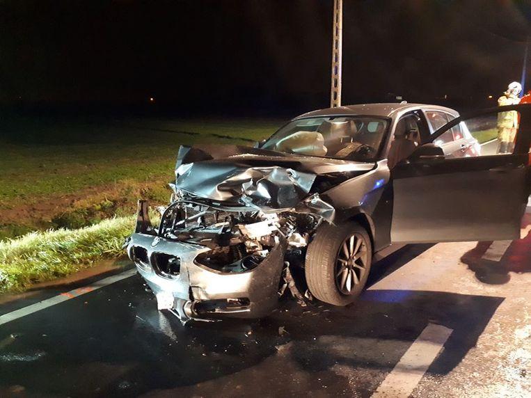 Ook de BMW die betrokken was bij de frontale botsing, liep ernstige schade op.