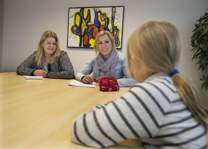 Marijn Witteveen (links), jeugdconsulent, en Yvette Boers, tot voor kort buurtcoach maar nu jeugd- en gezinswerker, in gesprek met een kind. De foto is in scène gezet, het kind is geen cliënt van de jeugdzorg.