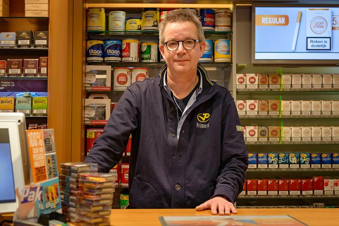 Rene Versteegen is mede-eigenaar Primera-winkel in Goor en heeft een boek geschreven.  FOTO: Lars Smook