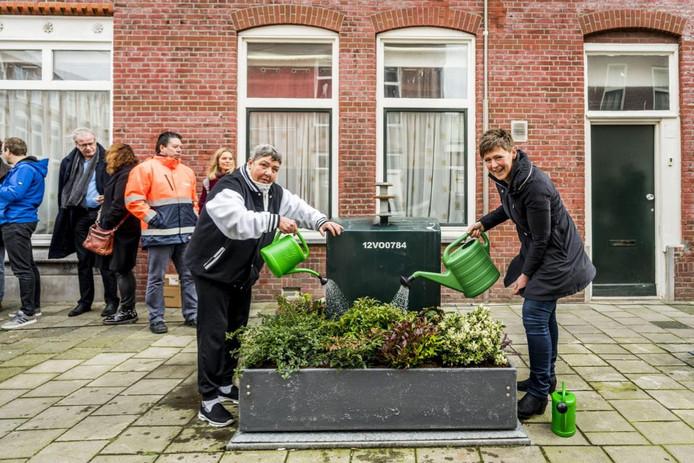 Containertuintjes, zoals hier in Den Haag, voorkomen dat mensen er rommel bij zetten.