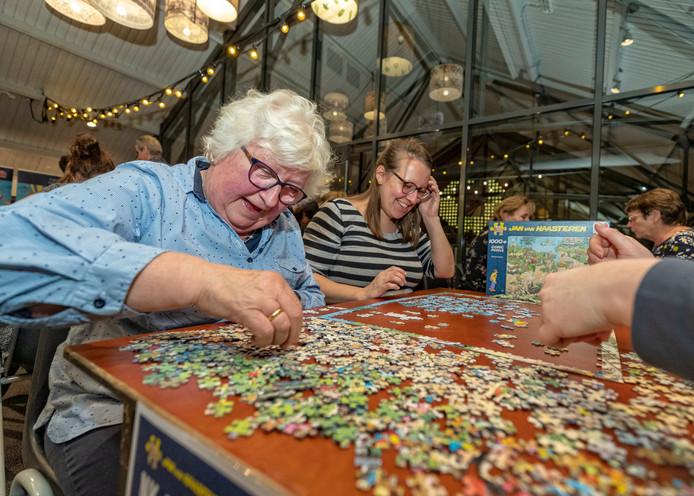 De leden van team Majorian 1, bestaande uit Maartje van de Weijden, Maaike van de Weijden, Joke van de Weijden en Annemarie Klein, zetten hun tanden in een puzzel van Jan van Haasteren van 1000 stukjes. Na vijf kwartier was de puzzel gelegd.