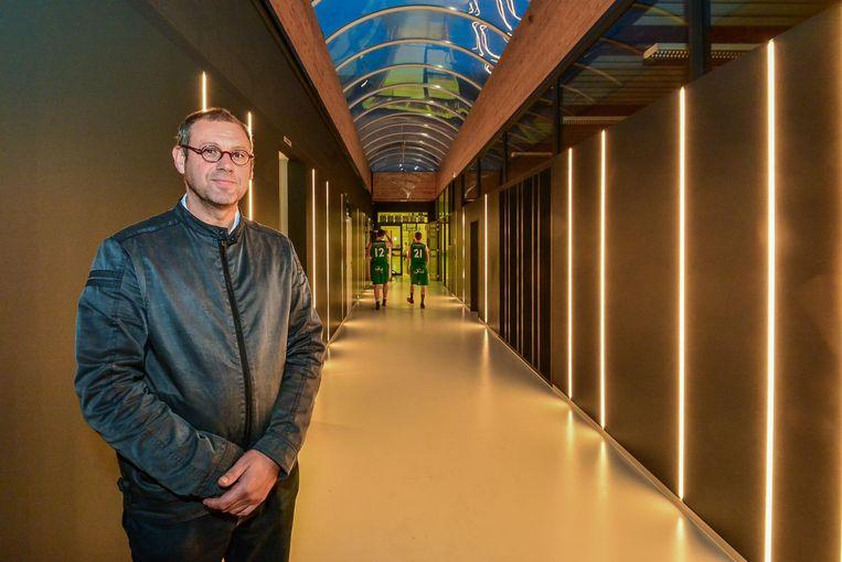 Schepen Geert Bossuyt in de vernieuwde inkomhal van sporthal De Pionier.
