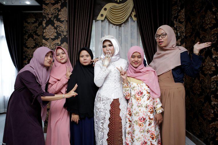 Een bruid van een van de slachtoffers van de vliegramp, samen met haar familie. Het rampvliegtuig was op weg van Jakarta naar de mijnstad Pangkal Pinang. Beeld REUTERS