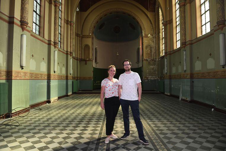 Initiatiefnemers Stéphanie Jager (33) en haar vriend Andreas De Boever (35) in het klooster, waar ze binnen een tiental dagen hun pop-upbar zullen openen.