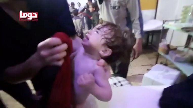 Een baby wordt verzorgd na de chemische aanval gisteren. Douma is de laatste stad in Oost-Ghouta die nog gecontroleerd wordt door rebellen, meer bepaald de militie Jaish al-Islam. Het akkoord dat zondag volgens het Syrische regime gesloten werd, zou voorzien dat alle strijders van die militie en hun families zich veilig uit de stad kunnen terugtrekken.