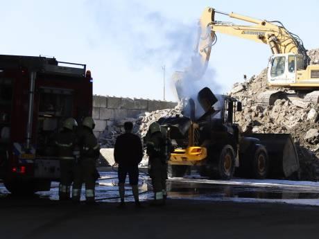Graafmachine vliegt in brand bij bedrijf in Wanroij