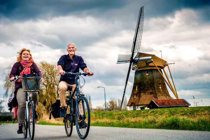 Nienke Meek (links) en Jeroen Dirks hebben een tocht uitgezet langs Mondriaan-punten. Voor de fiets en voor een wandeling. Hier passeren zij de Mondriaan Molen, ook bekend als Oostzijdse molen.