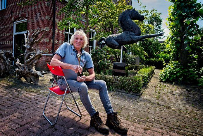 Beeldhouwer Ruurd Hallema in de tuin van zijn woning en werkruimte in Oud Borne. In Twente voelt hij zich helemaal thuis.