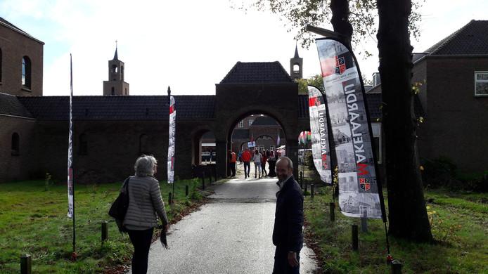 Ontvangstroute naar De Klokkenberg met banners.