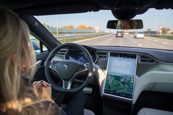 Alle Tesla's met Autopilot kunnen vanaf volgend jaar autonoom rijden, aldus Elon Musk