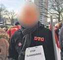 Danny H. bij een azc-demonstratie in Enschede.