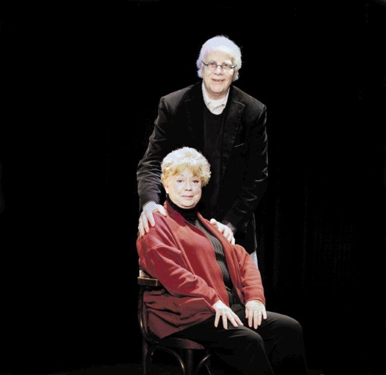 Acteurs Bram van der Vlugt en Ingeborg Elzevier. Het duo gaf gisteren het startsein voor Toneel Plus, een initiatief dat er voor moet zorgen dat oudere acteurs vaker op het toneel staan. ( FOTO WERRY CRONE, TROUW) Beeld