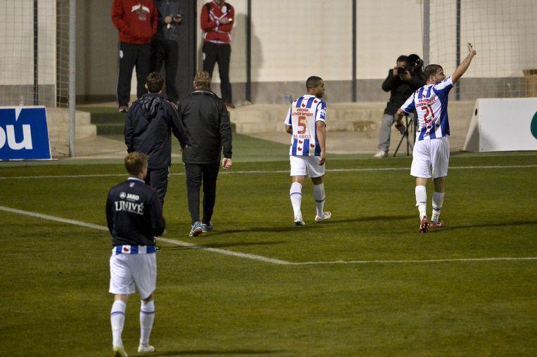 De spelers van sc Heerenveen lopen woedend van het veld. Beeld belga