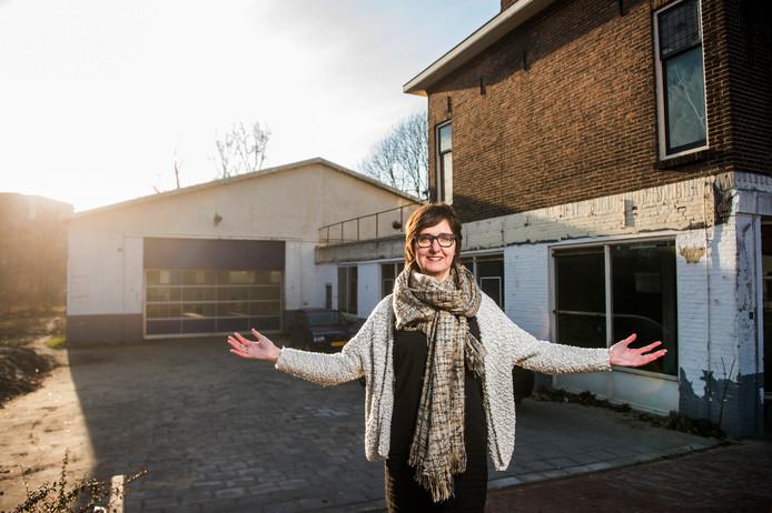 Natalie Vinke van Terra voor de oude garage aan de Vlamingstraat. Het woonhuis blijkt geen fundering te hebben.