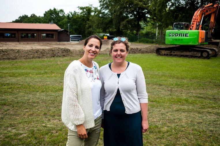 Catherine Backaert en Ines van der Heiden van hockeyclub Blackbirds bij de werken voor het kunstgrasveld.