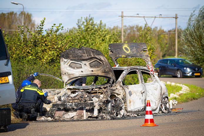 De uitgebrande Clio aan de IJsselcentraleweg was eerder die week gestolen door een 22-jarige Hagenaar, denkt de politie.