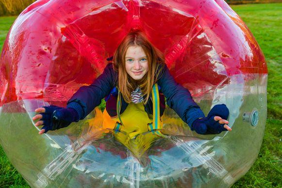 Op 'Brussenweekend' kunnen kinderen zich laten gaan, zoals ook Louka, die van bubbelvoetbal geniet.