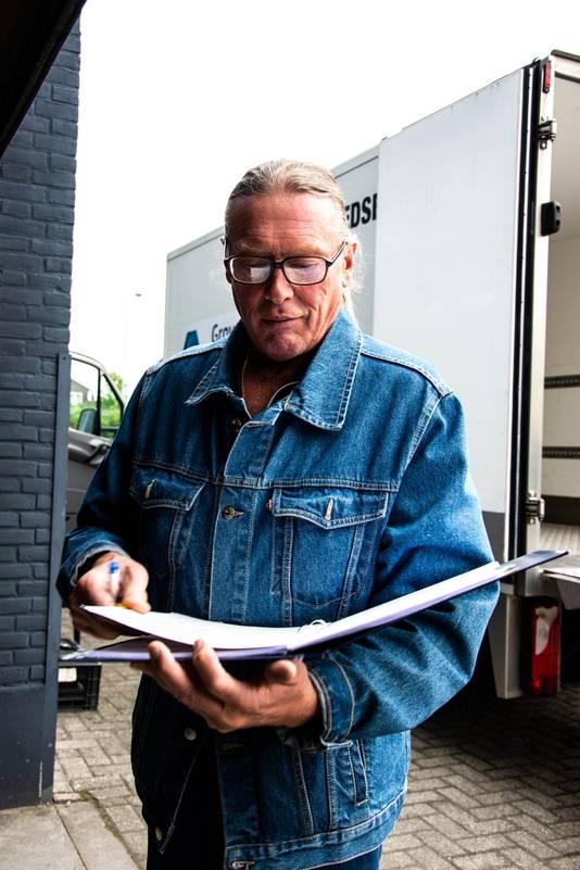 René Kleinveld controleert de voedsellijsten.