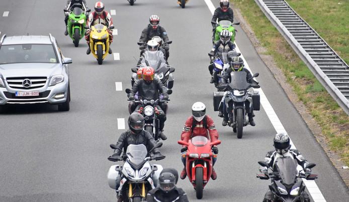 Motorrijders werden door de politie gecontroleerd tijdens de uittocht van TT Assen.