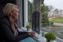 José Oosterboer-van Oord geniet nog dagelijks van het vrije uitzicht vanuit haar huiskamer.